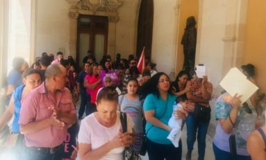 Vecinos de Fracc. Pensiones Civiles se manifiestan en Palacio de Gobierno