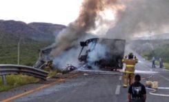 Consume fuego un tráiler en accidente en km 186 de la carretera a Delicias