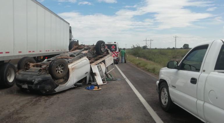 Vuelca pick up en km 162 de carretera a Delicias con saldo de menor herido