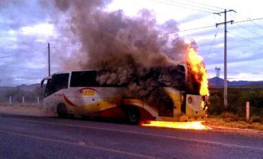 Se incendia camión de pasajeros en carretera a Delicias